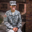Texto Bilingue: West Point Cadet, Simone Askew, Breaks a Racial and Gender Barrier